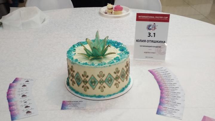 Омичка с дипломом химика сделала торт со «стеклянной» лилией и победила в конкурсе