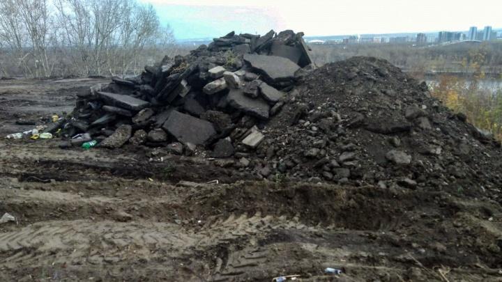 «Увозят мусор со стройки McDonald's»: общественники заметили свалку на берегу Енисея