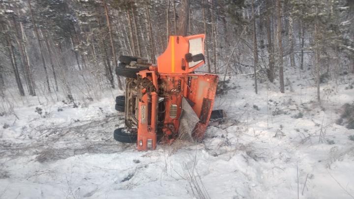 Последствия ДТП с грузовиками попали на видео: ассенизаторская машина улетела в кювет под Новосибирском