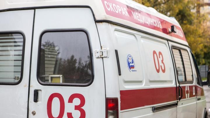 Микроавтобус врезался в скорую помощь рядом с Домом офицеров