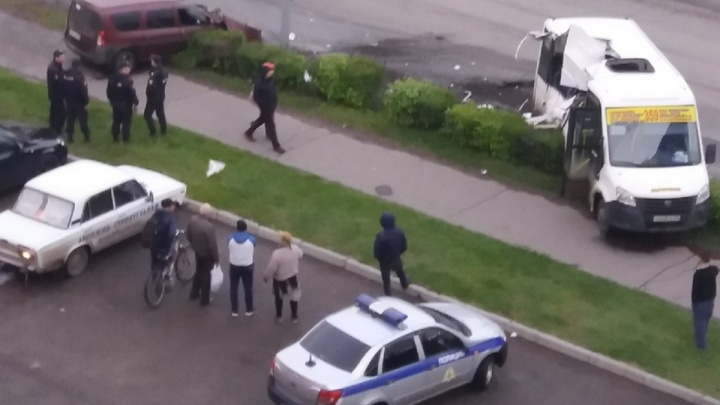 На Маяковского «Ларгус» врезался в маршрутку: от удара разорвало кузов «Газели»
