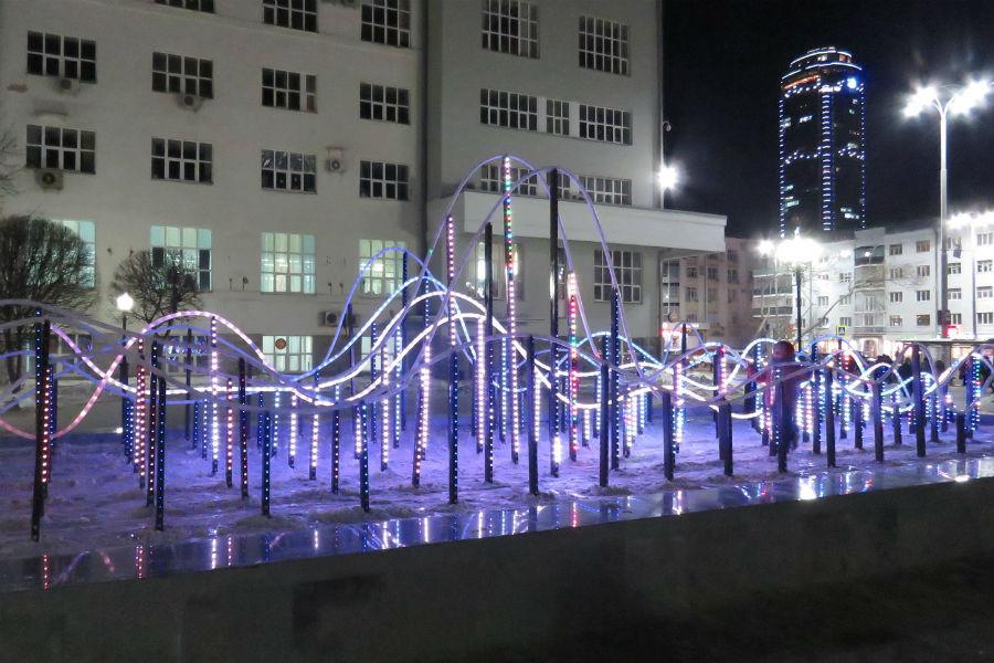 В сквере у памятника Попову заработал световой фонтан, но демонтировали все скамейки