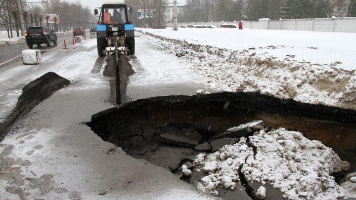 Ямы размером с внедорожник: центральный проспект Рыбинска уходит под землю
