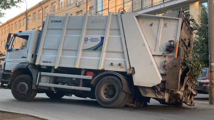 Полный провал: мусоровоз угодил в дорожную яму напротив Минтранса в Самаре
