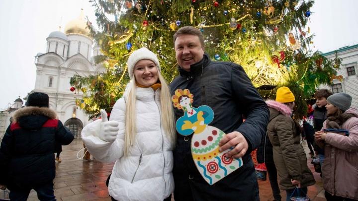 Матрёшки, самовары и свистульки: кремлёвскую ёлку украсили игрушками челябинских дизайнеров