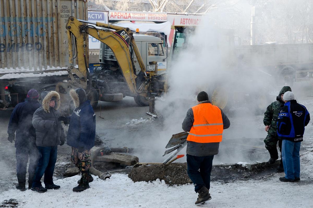 Рабочие раскопали дороги из-за ремонта теплотрасс