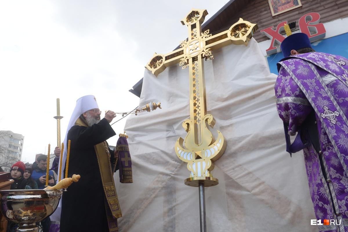 Ожидается, что крест водрузят на купол в течение дня