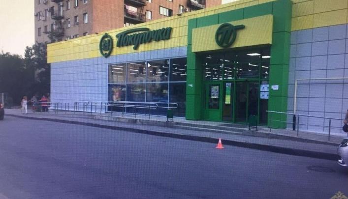 Трусливый водитель сбил бабушку возле магазина в Волгограде и сбежал