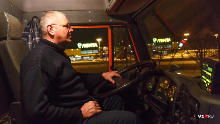 Для затяжных подъемов и крутых поворотов: дороги Волгограда начнут засыпать реагентами от гололедицы