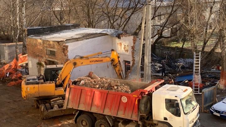 В Перми за домом на Чернышевского, где планируют делать новую дорогу, сносят бойлерную