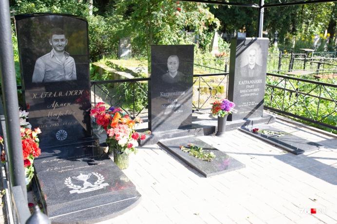 В глубине кладбища похоронена семья. Судя по памятникам, люди были не из бедных
