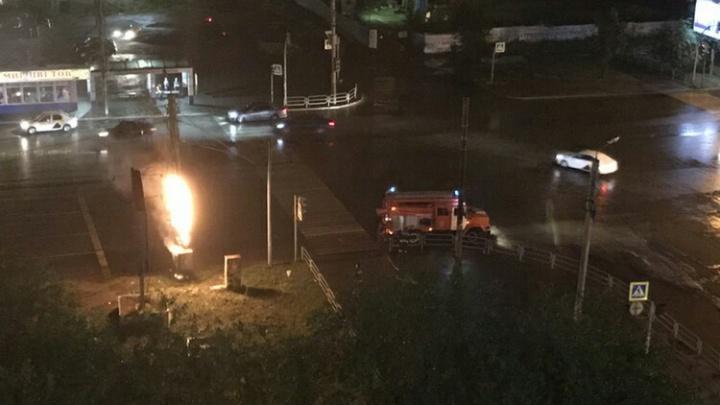 Стихия против автомобилистов: во время грозы в Челябинске вспыхнул светофор