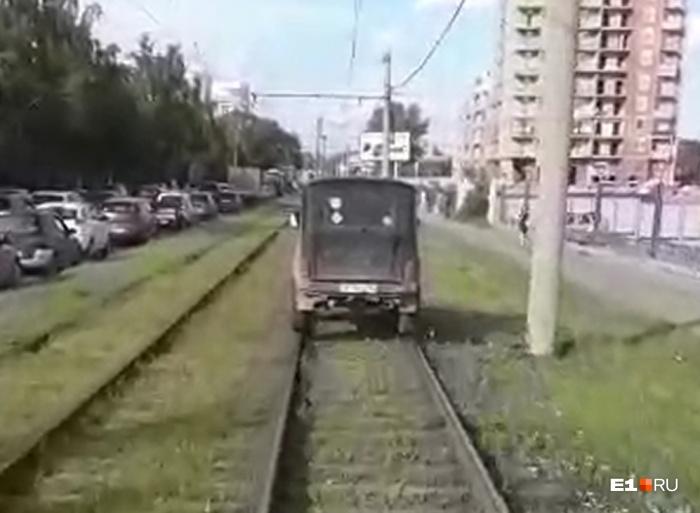 Автомобилист решил проехать по трамвайным путям