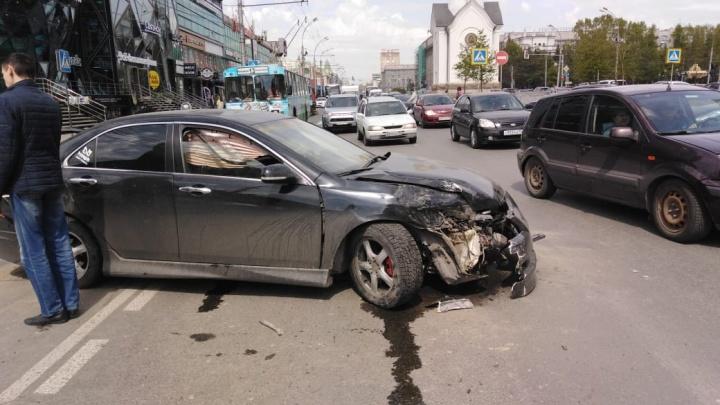 Столкновение двух машин затруднило движение по Красному проспекту