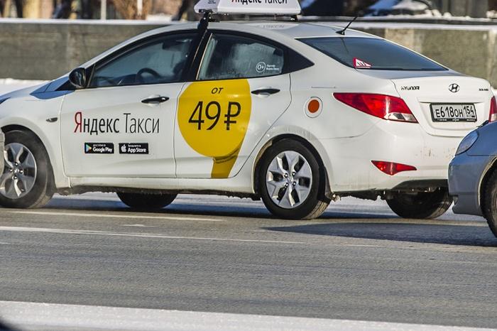 Водители Uber стали принимать заказы и возить клиентов через сервис Яндекса