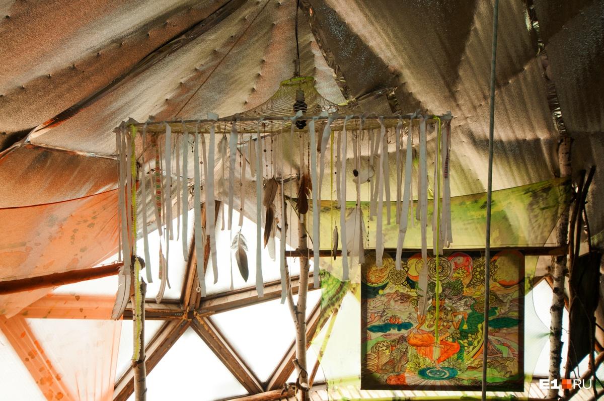 Под потолком висит огромный ловец снов