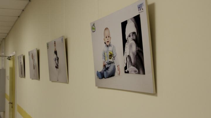 Уже год в перинатальном центре висит выставка от НГС. Вспоминаем ее историю