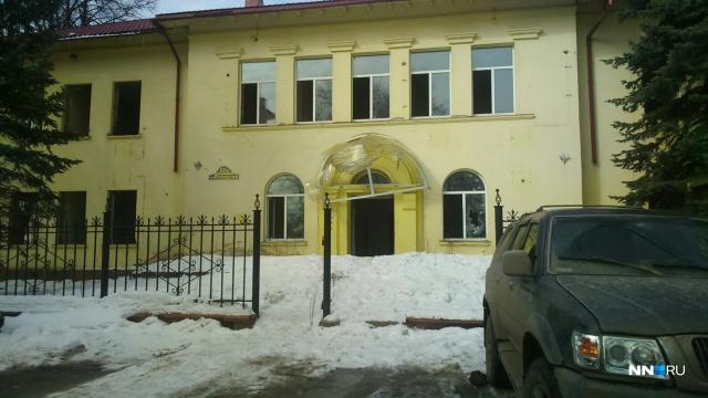 Когда-то здесь был детский сад, затем офис энергетической компании. Сейчас здание стоит брошенным