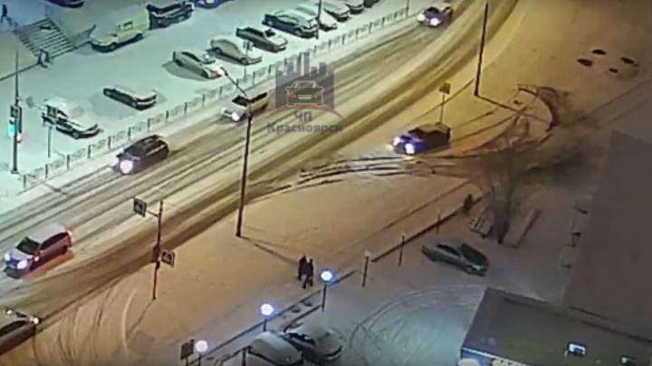 Безбашенный дрифтер на Судостроительной протаранил авто и продолжил кружить по району