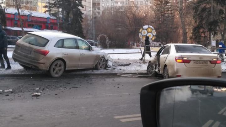 На Московском шоссе — Мичурина «Ауди» отбросило в сквер после ДТП с «Тойотой»