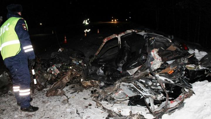 Пассажирский автобус столкнулся с Lada на трассе под Екатеринбургом, один человек погиб