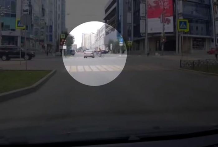 Велосипедист врезался в машину, которая выполняла левый поворот