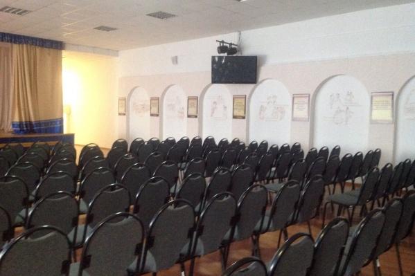 Собрание с родителями проводилось в актовом зале школы