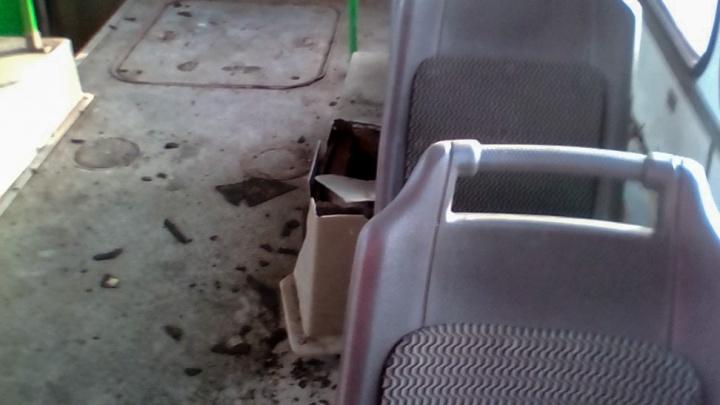 «Один сгорел, второй рванул»: в челябинском автобусе под девушкой шарахнуло колесо