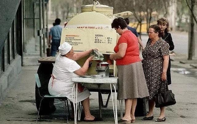 Модницы 73-го, Ельцин и квас в трехлитровых банках: волгоградец оживил в «Инстаграме» историю города