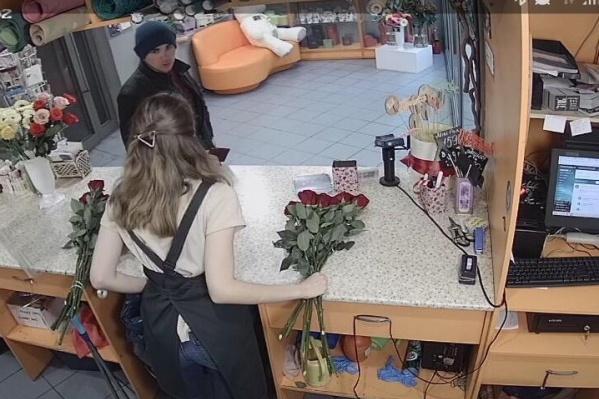Парень делает вид, что ему очень нужен большой букет из разноцветных роз