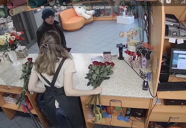 494778f8 Парень делает вид, что ему очень нужен большой букет из разноцветных роз
