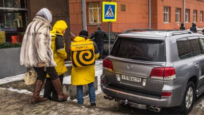 «Я паркуюсь как чудак»: Lexus LX против курьеров «Яндекс.Еды» — тротуары не для вас
