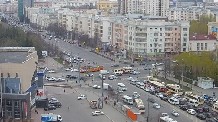 Не пролез: в Челябинске из-за ДТП с троллейбусом проспект Ленина увяз в пробке