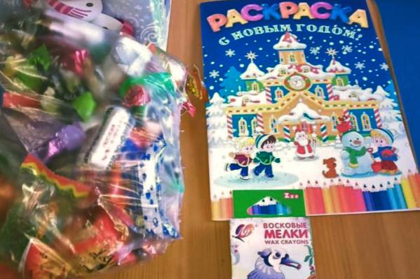 Новогодний подарок для детей-инвалидов в 2019 году — раскраска, мелки и мешок сладостей