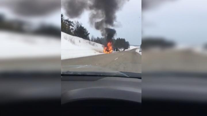Автомобиль вспыхнул на трассе во время движения