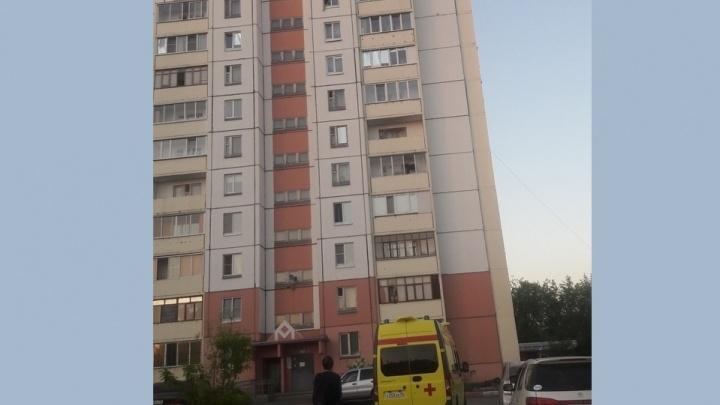 Омские полицейские уговорили девушку слезть с окна на десятом этаже