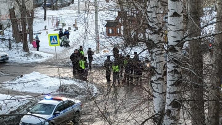 На Уралмаше во время дежурства сотрудники ГИБДД остановили машину, в которой везли наркотики