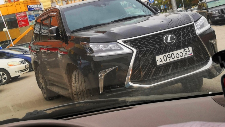 «Я паркуюсь как чудак»: джип Lexus запер девушку на парковке — выпутывайся сама, как хочешь