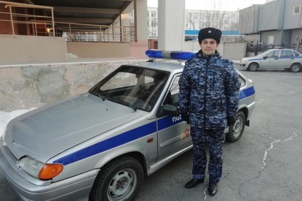 Егор Никифоров подобрал мальчика и увез в полицейский участок