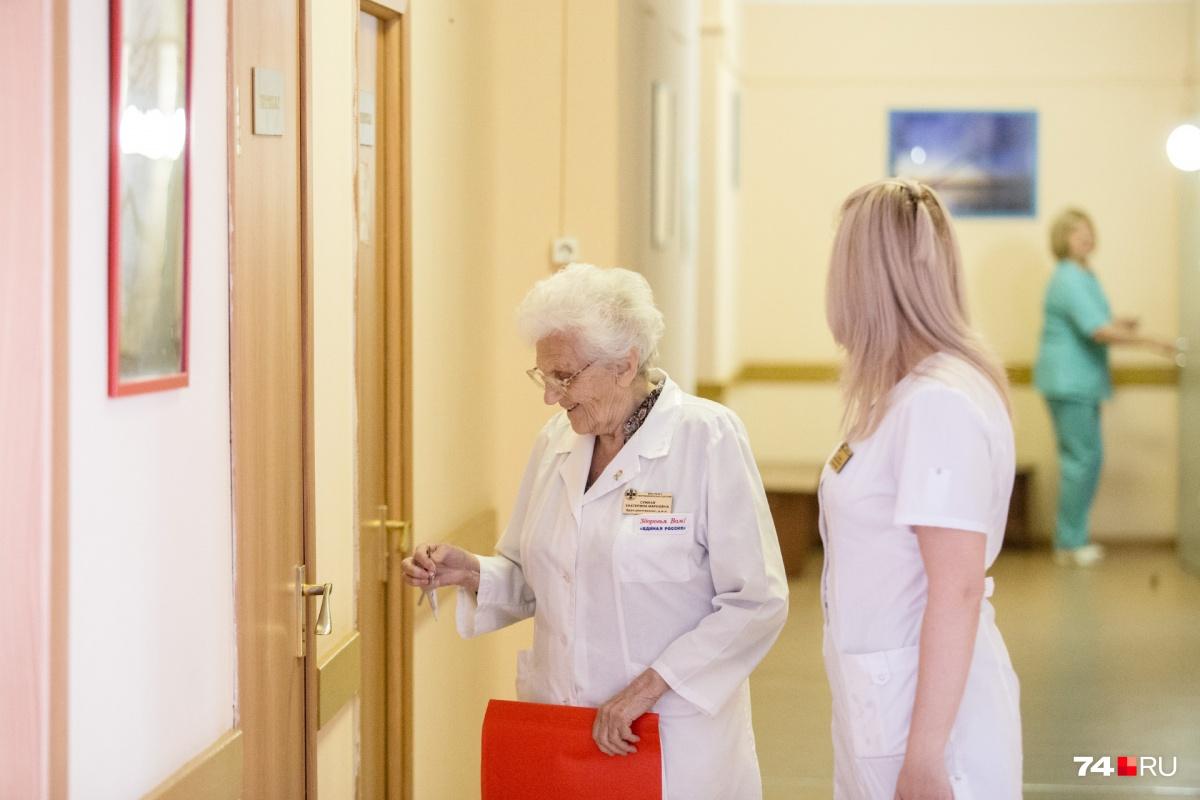В 87 лет врач передвигается по коридорам больницы так быстро, что не все молодые могут за ней успеть
