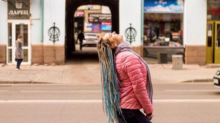 Мода на яркие пряди и цветные косы захлестнула красноярских модниц