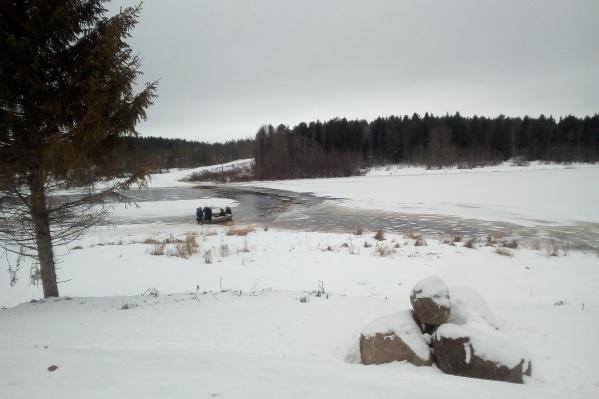 Жители Холмогорского района передвигаются по дорогам на лодках