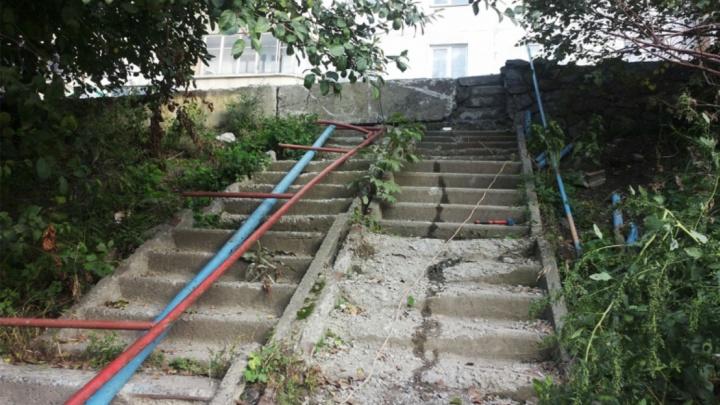 «Дорого содержать»: у дома в Новосибирске замуровали лестницу