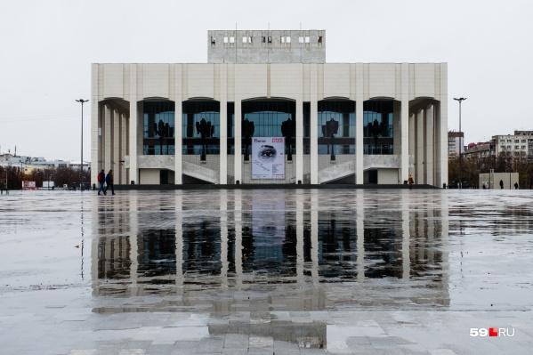На шоу можно будет посмотреть на «главном» фасаде театра со стороны улицы Борчанинова