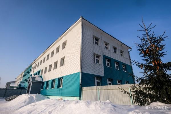 """Филиал детского сада <nobr class=""""_"""">№ 4</nobr> в посёлке Колывань, неподалёку от которого коммунальщики вырыли глубокую яму, что привело к трагедии"""
