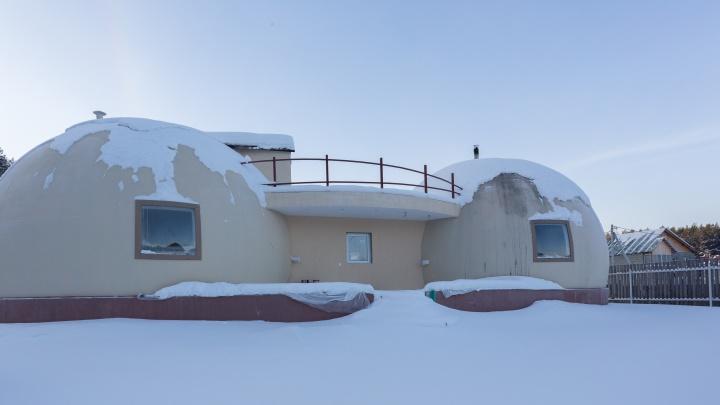 «Сосед говорит, что дом похож на грудь»: уральский физик построил необычное здание в виде сфер