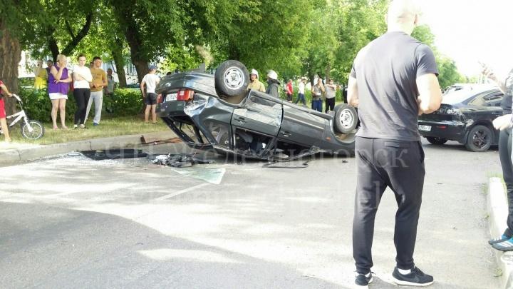 Лихач на ВАЗе рвался на перекресток и сделал сальто на дороге