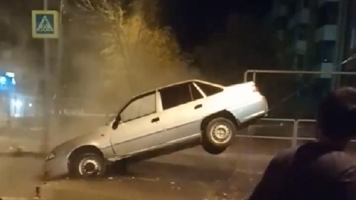 «Мог свариться в кипятке»: в Самаре на улице Мориса Тореза легковушка нырнула под асфальт