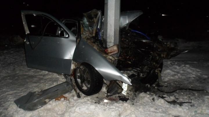 В Омской области «Тойота» протаранила столб. Водитель погиб на месте