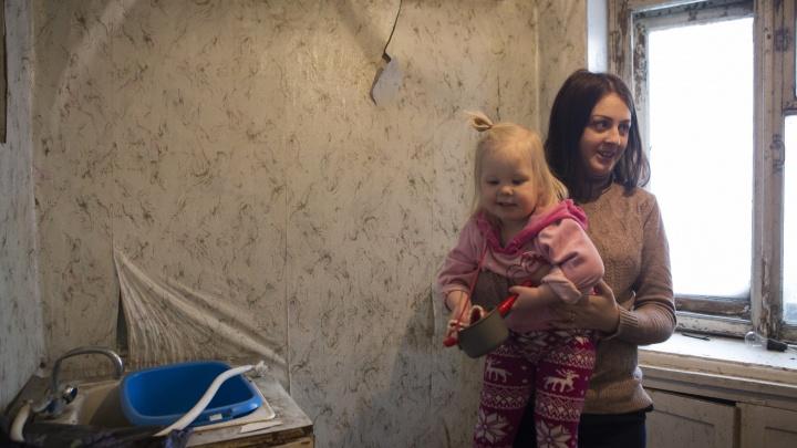 Еве тут жить: прокуратура потребовала сделать ремонт в жуткой квартире для девочки-инвалида